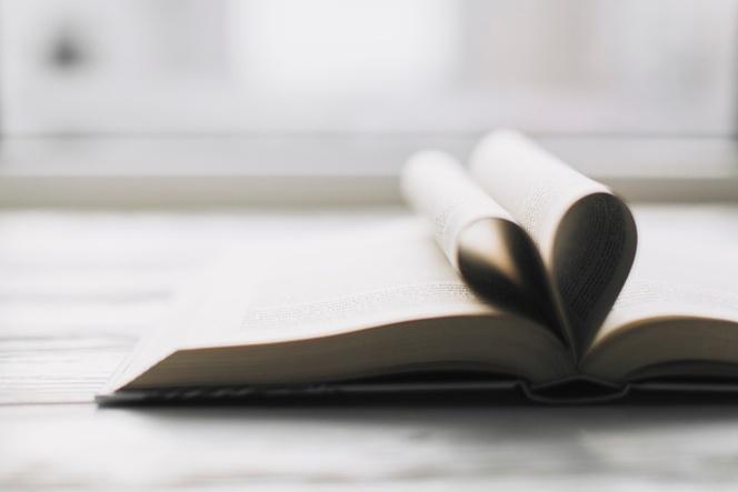 corazon-en-libro-abierto_23-2147735801